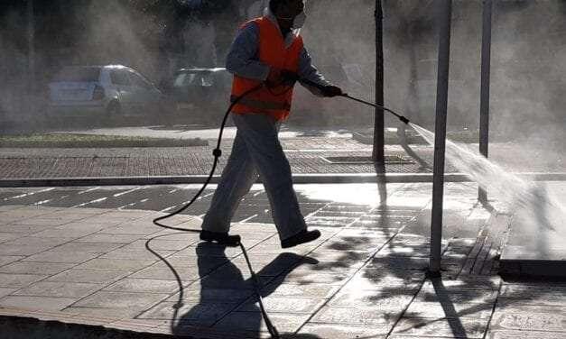 Συνεχίζονται οι εργασίες απολύμανσης πεζοδρομίων