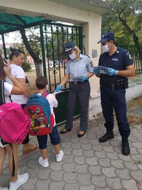 Η Ελληνική Αστυνομία βρέθηκε σήμερα στα δημοτικά σχολεία της Ανατολικής Μακεδονίας και της Θράκης <br> <span style='color:#777;font-size:16px;'>Ενημερωτικά φυλλάδια, σχολικά προγράμματα και σελιδοδείκτες με περιεχόμενο κυκλοφοριακής αγωγής διένειμαν οι αστυνομικοί σε μαθητές και γονείς</span>